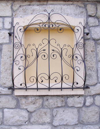 Reja de hierro forjado decorativo en paredes ventana primer plano