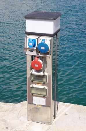 kojen: Elektrische Ladestation f�r Boote in sonnigen Tag