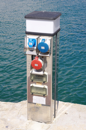 literas: Punto de recarga eléctrica para barcos en día soleado