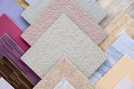 Las muestras de un colorido primer plano de baldosas de cerámica en el taller