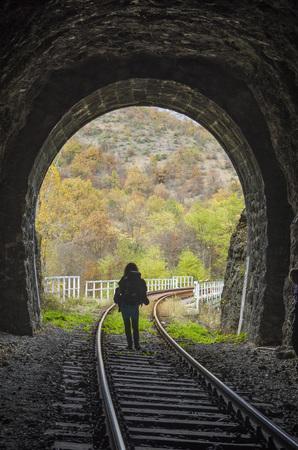 철도 석조 터널과 가을 날 안에 여자