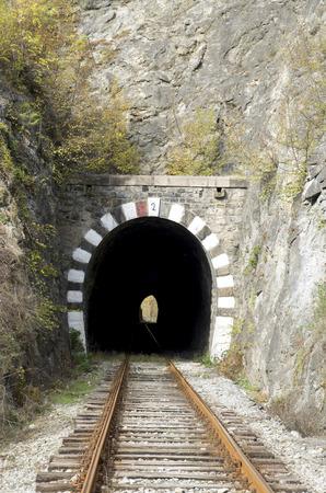 가을 날에 오래 된 철도 돌 터널 근접 촬영 스톡 콘텐츠
