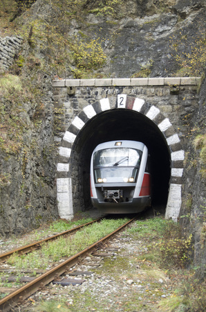 가을 날 철도 터널에서 기차 탈출