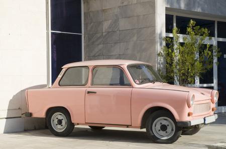 Altes ostdeutsches rosa Auto am sonnigen Tag