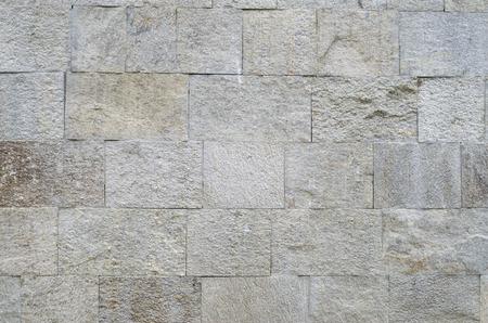 Nowa polerowana okładzina kamienna w plasterkach na zbliżeniu ściany