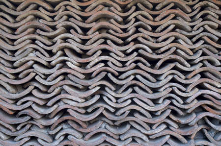 Wall of old roof tiles in sunny day Banque d'images