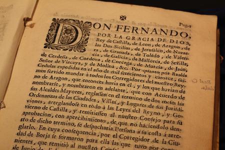 Borja, Spagna - 9 settembre 2017: Una vista ravvicinata di un antico libro scritto in lingua spagnola con una grande miniatura all'inizio del paragrafo, stampato su una spessa carta ingiallita