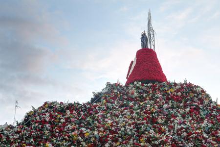 Les fleurs traditionnelles offrant une colline et des reliques sur la place Pilar (Plaza del Pilar) pendant le festival Pilar 2018