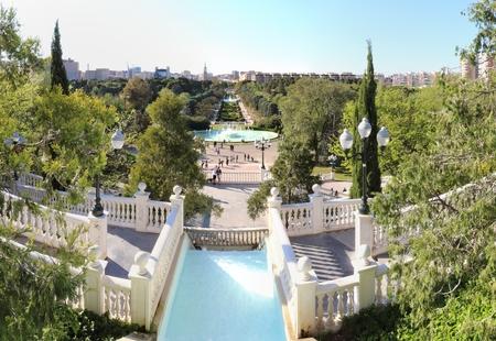 Saragosse, Espagne - 9 avril 2017 : Un paysage du boulevard principal et de l'escalier du parc de la ville Parque Grande, avec des fontaines rondes et des cascades, à Saragosse, Aragon, Espagne Éditoriale