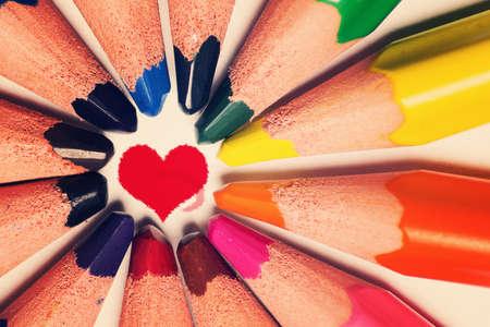 silhouette coeur: Forme crayons de couleur coeur Banque d'images