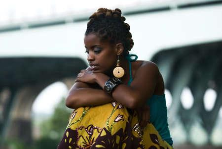 Afroamerikanische Frau sitzt und denkt Standard-Bild - 5593604