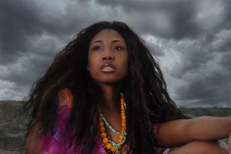 African american vrouw zit in de safari; staren, en denken