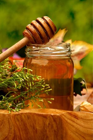 Jar of fresh honey with drizzle Imagens