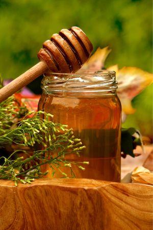 jarra: Tarro de miel fresca con llovizna  Foto de archivo