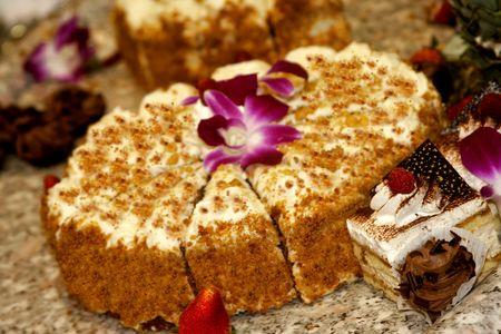 arrangment: Fancy cake with flower - party arrangment