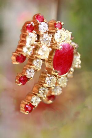Ruby  granaat oorbel met diamant Stockfoto