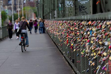dom: Love padlocks sur la clôture du pont Hohenzollern