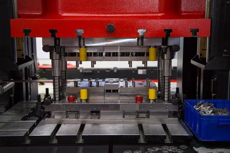 Hydraulische persmachine en bevestigingsringen