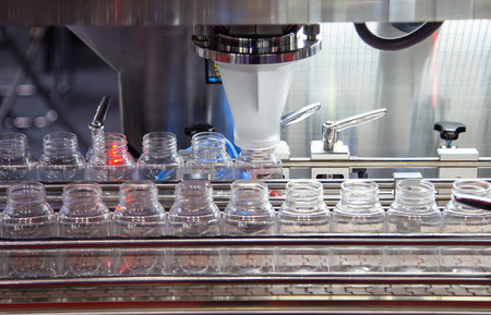 Production of liquid plastic bottle filling and packing machine Banque d'images