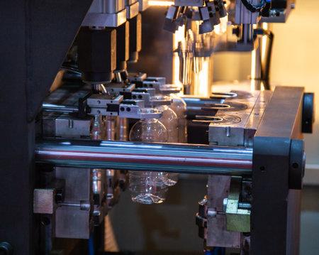 Process of PET plastic bottle on plastic Bottle blowing machine 写真素材 - 106469716