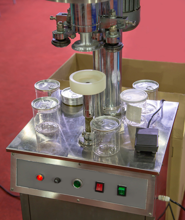 Process of ring pull can sealing machine 스톡 콘텐츠