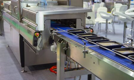 Linear tray food heat sealing and packaging machine