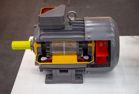 Coupez montrent la partie interne du moteur électrique