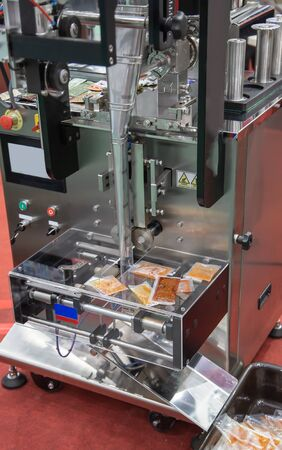 Sauce sachet automatic vertical sealing and packing machine