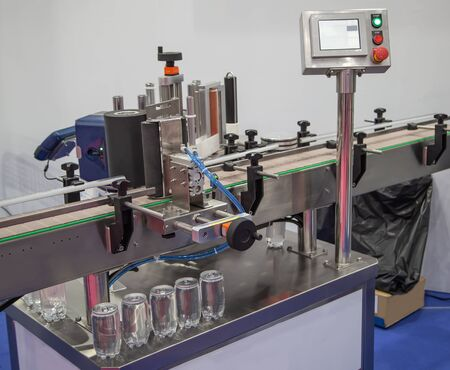 Vertical round bottle labeling machine for food industry