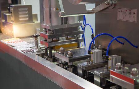 Capsule blister packing machine in pharmaceutical industrial Banco de Imagens