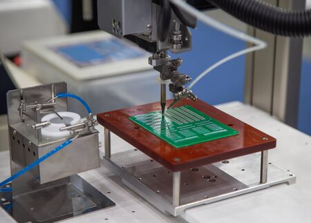 Automated robot soldering electronic PCB circuit board Banco de Imagens