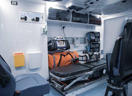 Innenraum eines Krankenwagens mit Bett- und Pflegeausrüstung
