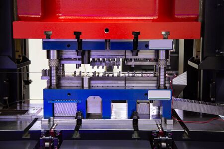 Hydraulische Stanzmaschine für Bleche, Industrielle Fertigung