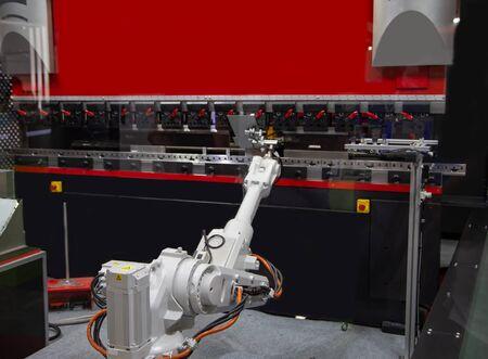 Robotic loading metal sheet to CNC Synchronize Hydraulic press, Industrial machining Stockfoto