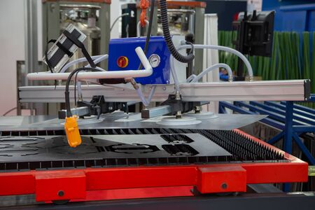 Mechanical vacuum metal sheet lifter loading to production line