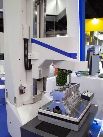 CMM Coordinate Measuring Dimension Machine inspecting engine part Stockfoto
