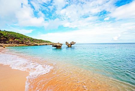 心岩と素敵なビーチ、沖縄、日本