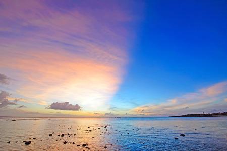 cielo y mar: Puesta del sol excepcional, Okinawa, Jap�n