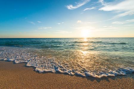 Puesta de sol, mar, paisaje marino. Okinawa, Japón y Asia.
