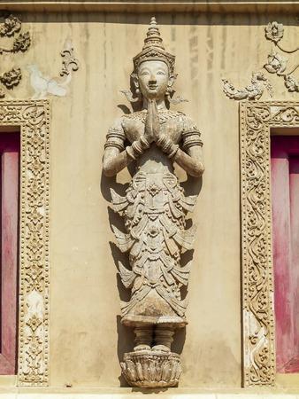 paredes exteriores: Escultura de desplazamiento en las paredes exteriores de la iglesia del templo, Tailandia.