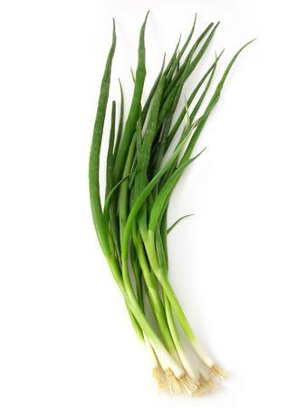cebolla blanca: lotes de cebollas frescas de primavera sobre un fondo blanco