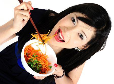ni�a comiendo: Hermosa joven asi�tica comer ensalada Foto de archivo