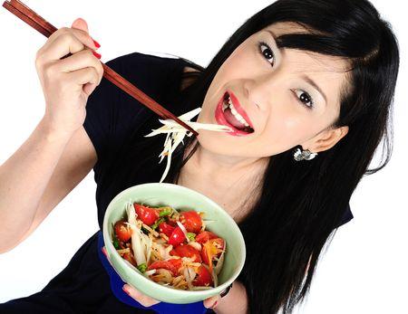 Belle jeune fille asiatique manger salade Banque d'images