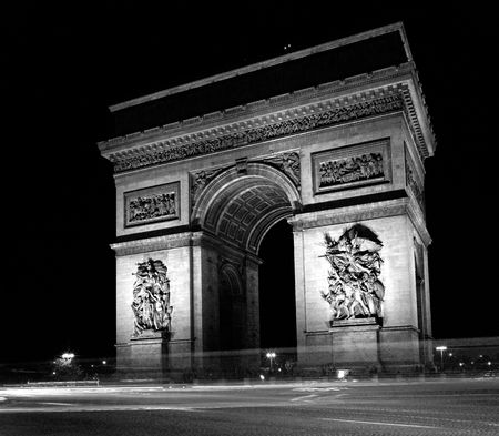 triomphe: France, Paris: black and white photo of Arc de triomphe at night Stock Photo