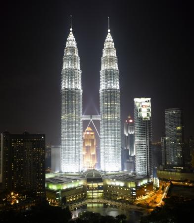 petronas: Malasia - Kuala Lumpur Cityscape con torre gemela de noche