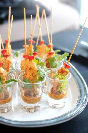 satay sauce: Delicious chicken satay skewers served in a glass