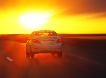 auto při západu slunce na dálnici