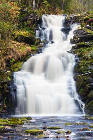 strumień: Wodospad górskich. szybkie strumienia wody. krajobraz Jesienna