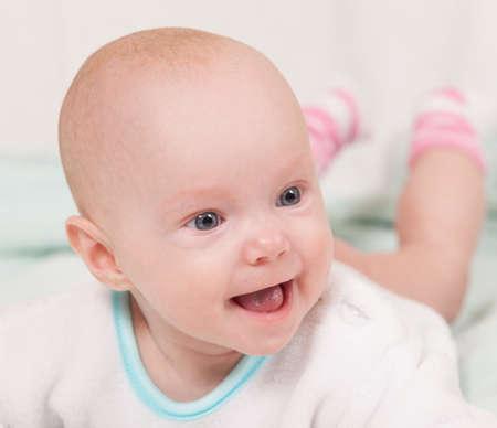 Bebé sonriente. Expresión alegre