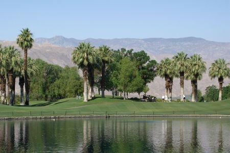 resortes: Golf Resort en Palm Springs con monta�as en el fondo